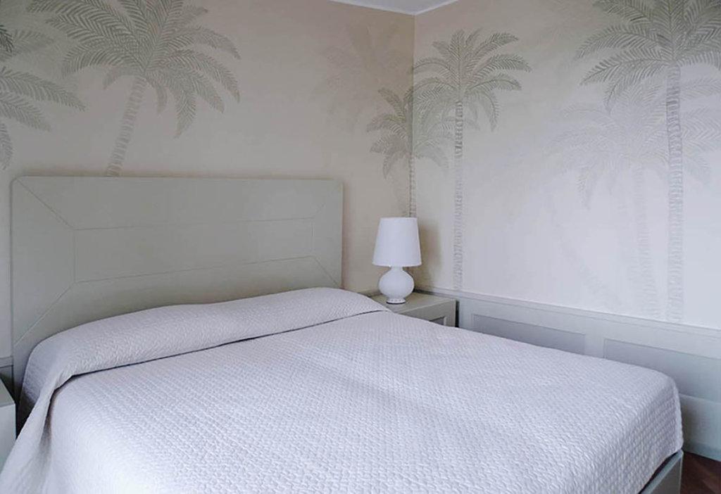 carta da parati bianca con delicato disegno di Palm per camera da letto