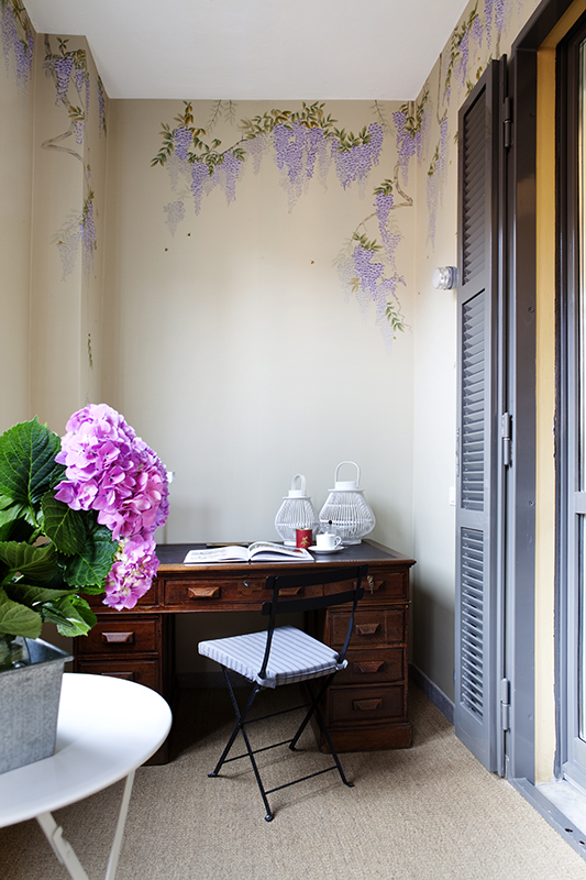 Asian subject wisteria wallcoverings on silk wallpaper for beautiful home